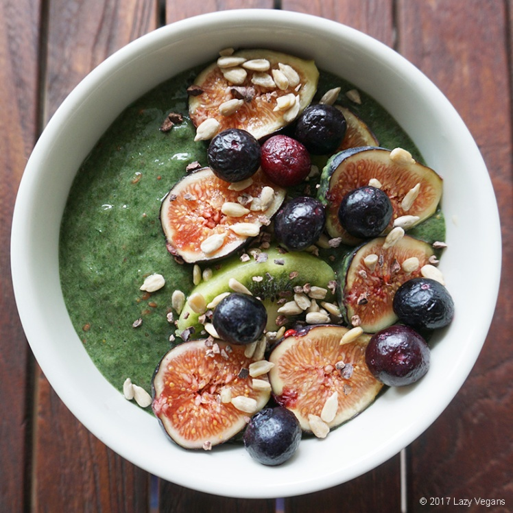 smoothie bowl with figs, kiwi and blueberries